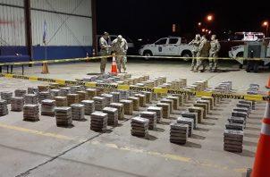 Los extranjeros fueron ubicados por unidades del Servicio Nacional Aeronaval en isla Jicarón, al sur de isla Coiba, en la provincia de Veraguas, con un cargamento de 1,240 paquetes de droga.