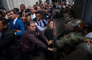 Juan Guaidó trata de ingresar a la Asamblea Nacional, para tratar de participar en las elecciones parlamentarias. FOTO/EFE