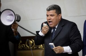 El diputado opositor Luis Parra, expulsado de su partido Primero Justicia (PJ) por sus supuestos vínculos con una trama de corrupción, se convirtió este domingo en el sorpresivo presidente de Parlamento venezolano. FOTO/EFE