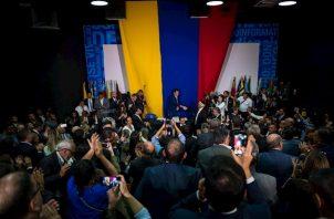 Ante la imposibilidad de acceder al Palacio Legislativo, Guaidó convocó a los diputados opositores a hacer la sesión de este domingo en la sede del diario El Nacional, de nítida línea opositora.
