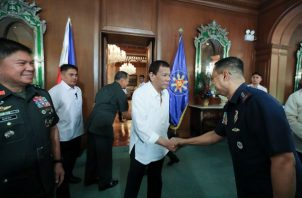 Durante la reunión, el presidente Rodrigo Duterte discutió asuntos de seguridad con respecto a las medidas de contingencia del país para garantizar la seguridad de los filipinos con sede en Oriente Medio en medio de la posible tensión entre Estados Unidos e Irán.  FOTO/AP