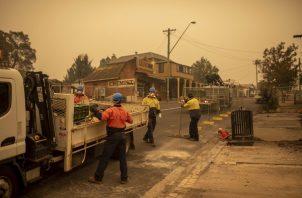 """Los incendios en Australia, que causaron más de una veintena de muertes, destruyeron cientos de casas y generaron graves pérdidas económicas, provocan además un empeoramiento de la calidad del aire que supone """"una amenaza para la salud"""", recordó la fuente oficial."""