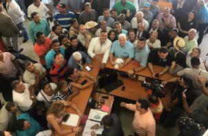 Decenas de copartidarios acompañaron a Ricardo Martinelli a la presentación del documento.