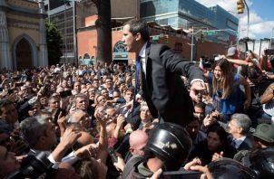 El líder opositor venezolano Juan Guaidó y varias decenas de diputados que le respaldan como presidente del Parlamento enfrentan a los miembros de la Guardia Nacional Bolivariana (GNB) que les impiden la entrada al Palacio Federal Legislativo. FOTO/EFE