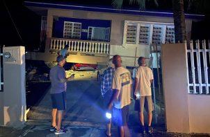 Un automóvil quedó aplastado, luego de un terremoto en Yauco, Puerto Rico, el martes 7 de enero de 2020. Según los informes, todos los ocupantes de la casa no resultaron heridos. Foto AP