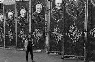 Carteles con la imagen del general de la Guardia Revolucionaria, Qassem Soleimani, en una calle de Teherán, Irán. Foto: AP.