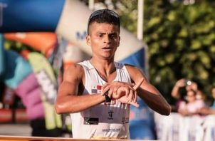 Edwin Rodríguez en su debut en la Maratón Internacional de la Ciudad de Panamá terminó con tiempo de 2h 35min 09s.