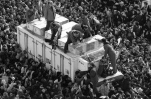 Guardias revolucionarios iraníes rodean los ataúdes del teniente general asesinado del Cuerpo de Guardias Revolucionarios Iraníes (IRGC) y comandante de la Fuerza Quds Qasem Soleiman y de otras víctimas. Foto: EFE.