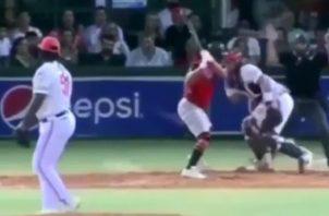 Alex Romero golpea con el bate al receptor Gabriel Lino.
