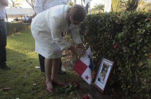 Ofrenda floral en el monumento a los mártires, en Balboa.  Víctor Arosemena