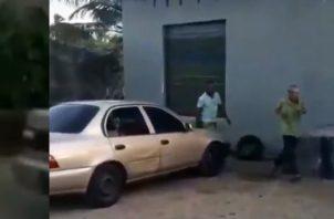 El adulto mayor intentó escapar del sujeto, que segundos después lo golpeó de forma brutal.
