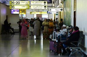 Los viajeros esperan en la sala de embarque del aeropuerto internacional de Bagdad. FOTO/AP