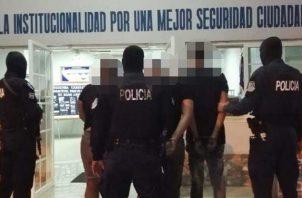 Unidades policiales capturaron a tres personas que mantenían en su poder tres armas de fuego, proveedores y municiones en el sector de Cerro Silvestre, en Arraiján, tras operativos en las últimas 24 horas.
