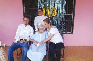 En septiembre pasado, Doña Clara recibió una placa de reconocimiento del Tribunal Electoral por ser la ciudadana de más edad en haber emitido el voto ininterrumpidamente en los eventos electorales convocados desde 1994 al 2019.