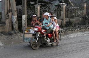La ceniza expulsada ha llegado a todos los barrios de Manila, que se encuentra a más de 60 kilómetros del volcán. FOTO/AP