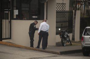 Momentos en que Mario González y Daniel Goodridge llegaban junto a una unidad policial a entregar la citación a Varela Hermanos S.A.