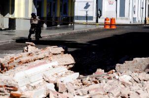 Un hombre observa una edificación afectada después del terremoto de 6.4 de magnitud. FOTO/EFE