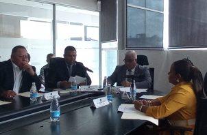 Representantes de los transportistas, usuarios y autoridades que regulan este sector se reunieron este lunes con la Comisión de Transporte de la Asamblea Nacional. Foto Belys Toribio