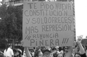 """El presidente de Chile, Sebastián Piñera, ahora dice que los reclamos de los manifestantes son """"justos"""" y, lo más irónico del caso, es que esta reforma constitucional, si va como parece hacia profundizar el estatismo, no terminará con la violencia, sino que la traspasará al Estado que aumentará la pobreza. Foto: EFE."""