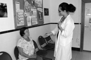 La relación médico –paciente, es el pilar fundamental de los servicios de salud; y no solo está basada en la confianza, sino también en el respeto, la información, la seguridad, la beneficencia y el reconocimiento de los derechos humanos. Foto: EFE.