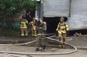 Los bomberos procedieron a  desalojar a las personas. Foto: Diómedes Sánchez S.