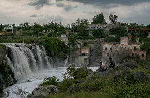 El contaminado Río Santiago libera un hedor intenso al cruzar por el poblado de El Salto, en Jalisco, México. Foto / Meghan Dhaliwal para The New York Times.