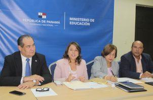 Ministra  Maruja Gorday de Villalobos, junto a autoridades del Meduca