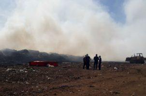 El incendio de la basura causa molestias entre la población. Foto: Thays Domínguez.