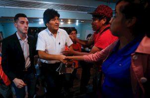 """""""No me abandonen"""", pidió Morales ante el auditorio colmado por los delegados partidarios y miembros de la amplia comunidad boliviana en Argentina, que respondieron al grito de """"Evo no está solo, carajo""""."""