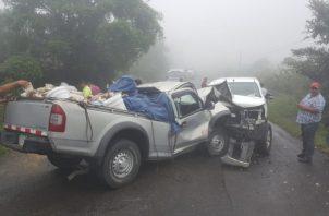 La colisión entre dos vehículos tipo pickup, se dio la tarde de este lunes en el límite entre las provincias de Bocas del Toro y Chiriquí. Foto/Pedro Batista