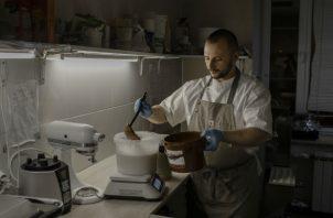 """""""De verdad sueño con dejar este lugar"""", dijo Dinat Yur, que elabora helados en restaurante local. """"No aguanto"""". Foto / Emile Ducke para The New York Times."""