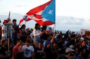 Cientos de manifestantes fueron registrados este lunes al protestar frente al Capitolio de Puerto Rico, para exigir la dimisión de la gobernadora de la isla, Wanda Vázquez, por su gestión antes la crisis que han dejado los terremotos y por la mala distribución de los suministros para los damnificados. FOTO/EFE