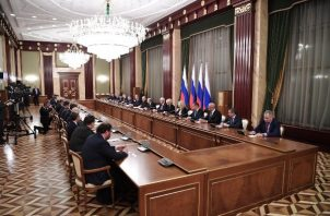 Vista general de la primera reunión del nuevo gobierno ruso con la participación del presidente ruso Vladimir Putin y el primer ministro ruso Mikhail Mishustin en la sede del gobierno en Moscú, FOTO/AP