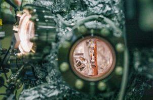 Una cámara que usa espectroscopia de rayos X para medir muestras, los pequeños cuadros de diferentes colores. Foto / Anastasiia Sapon para The New York Times.
