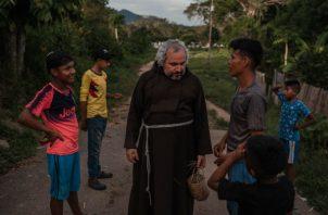 El padre Sandoval ha llevado educación y cuidados médicos a un área descuidada por el Gobierno venezolano. Foto / Adriana Loureiro Fernandez para The New York Times.
