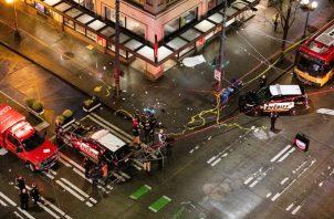 La policía y los bomberos ayudan a una de las personas heridas. FOTO/AP