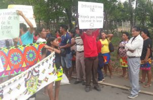 """Los manifestantes portaban pancartas que decían """"no queremos vende comarca"""" . Foto:  Cortesía."""