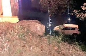 Extraoficialmente se conoció que el auto golpeó el borde del puente, lo que provocó que el conductor perdiera el control, terminando en el fondo del río.