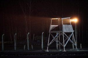 """Auschwitz-Birkenau es patrimonio de la Humanidad de la Unesco y un museo-memorial de 200 hectáreas que fue visitado en 2019 por casi dos millones de personas, sobre todo jóvenes, quienes debieron pasar bajo el letrero que dice """"Arbeit macht frei"""" (""""El trabajo os hace libres"""") para acceder a un recinto que ya se ha convertido en el símbolo más trágico de lo que el odio puede llegar a provocar. FOTO/AP"""