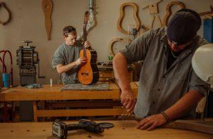 En Hindman se hacen instrumentos de cuerda con madera dura de los Apalaches. Foto / Mike Belleme para The New York Times.