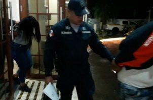 La pareja de presuntos extorsionadores fueron identificados como Wendy Castillo de 39 años y Sergio Montenegro de 24 años. Foto: Policía Nacional. Foto/Mayra Madrid