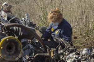 La investigadora Carol Hogan examina los restos del accidente del helicóptero donde falleció Kobe Bryant. Foto:AP
