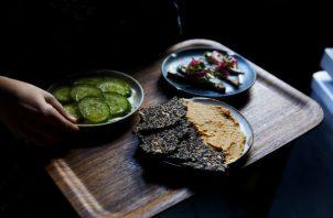 Rhodora no sirve carne, pues es difícil de convertir en composta. El personal genera ideas sencillas para el menú. Foto / Winnie Au para The New York Times.