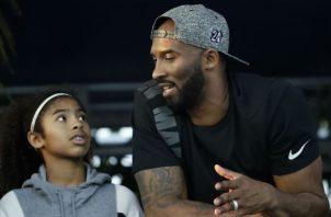 Kobe Bryant junto a su hija Gigi. Foto AP