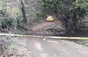 El vehículo con el cuerpo se encontraba en medio de un camino de tierra rodeado de vegetación y alejado de la comunidad. Foto/Mayra Madrid