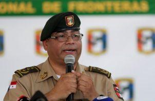El comisionado del Servicio Nacional de Fronteras de Panamá (Senafront), Rolando Briz, informa sobre la detención de los ciudadanos suramericanos. FOTO/EFE