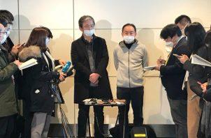 Empleados de la subsidiaria de Nippon Steel Corp. en Wuhan, China, hablan con periodistas, todos con máscaras protectoras, después de regresar a casa en un avión fletado japonés en el aeropuerto internacional de Haneda en Tokio, no presentan síntomas de Coronavirus FOTO/AP