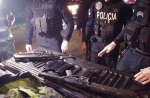 En los operativos en Arraiján se ubicaron un rifle de asalto AK-47 y otro R15 con varios proveedores y municiones, además de una 9mm. Eric A. Montenegro