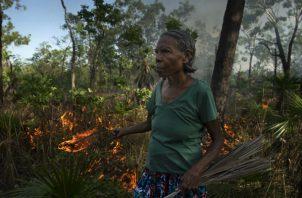 Aborígenes como Violet Lawson crean incendios chicos para evitar grandes. Foto / Matthew Abbott para The New York Times.