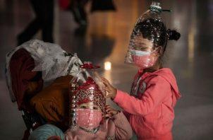 En algunas ciudades chinas se han agotado las mascarillas porque lo muchos han optado por reemplazarlas con botellas plásticas. Foto: CNN.